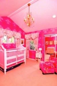 tori-spelling-pink-wallpaper
