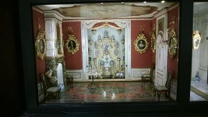 sara-rothe-cabinet-dollhouse-entrance-hall